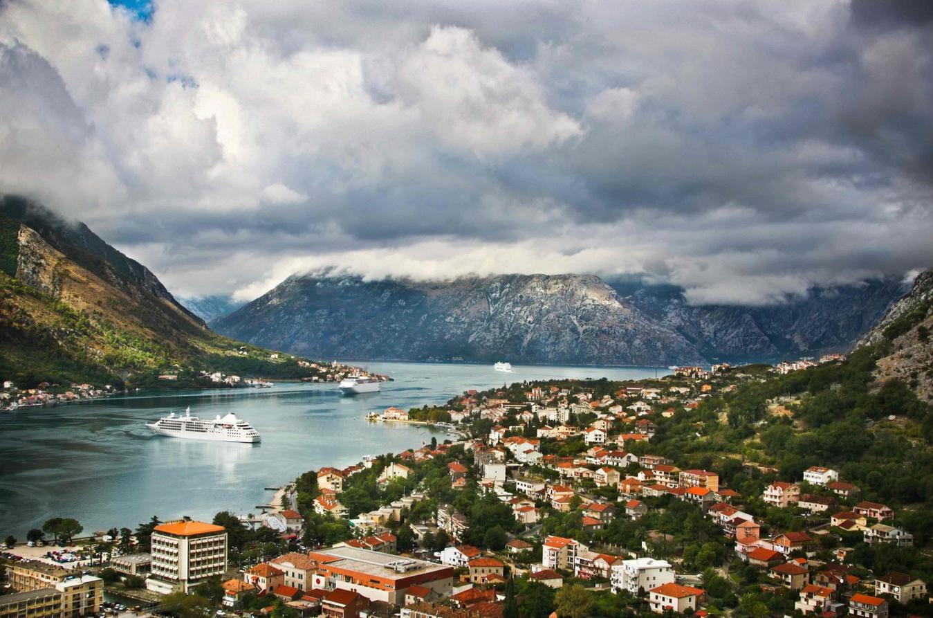 Боко-Которский залив Адриатического моря - одна из главных достопримечательностей Черногории